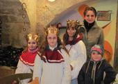 ... skupinka Tří králů s doprovodem a osobním bodyguardem