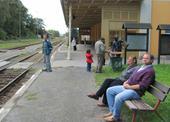 část výletníků jede vlakem